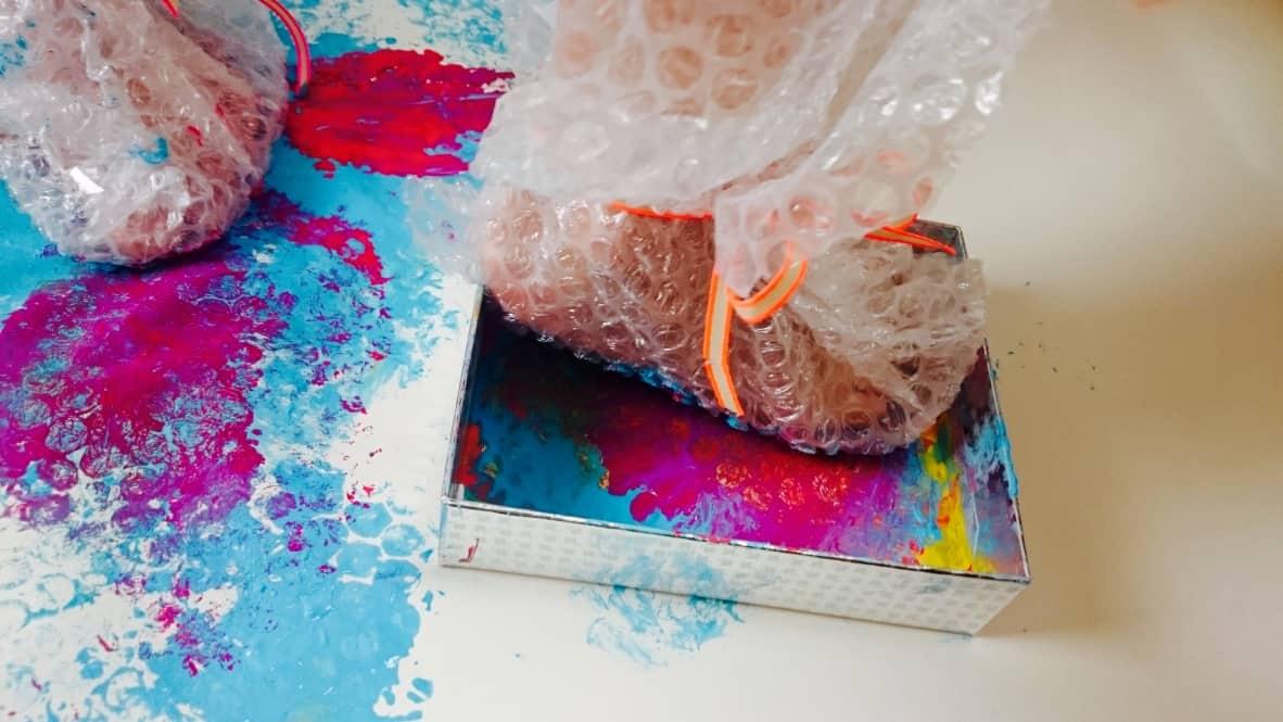 Geschenkpapier-Knisterfolie-DIY-Herstellen-Kinder-Basteln-HalloBloggi-Plakatfarbe