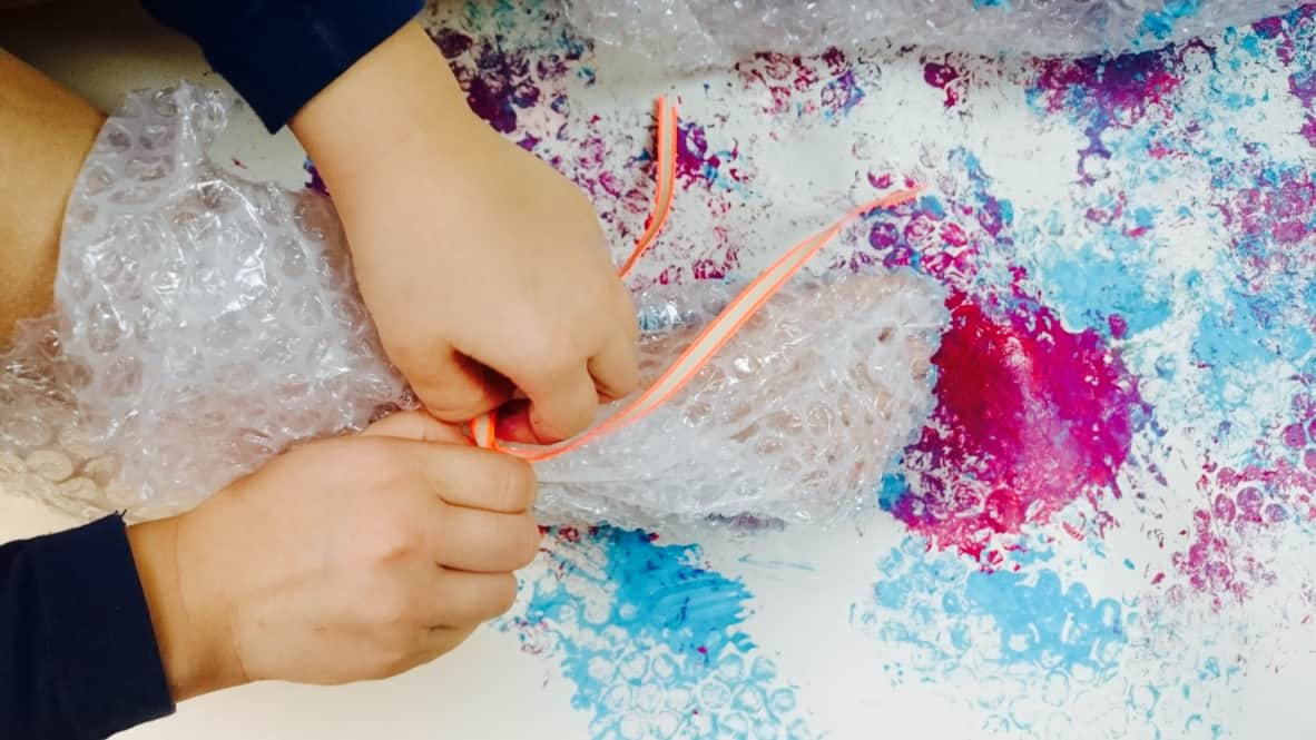 Geschenkpapier-Knisterfolie-DIY-Kinder-Basteln-HalloBloggi-Farbe