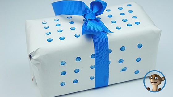 Geschenkpapier mit Punkten. Einfach den Radiergummi vom Bleistift in das Stempelkissen drücken und los geht´s. www.hallobloggi.de