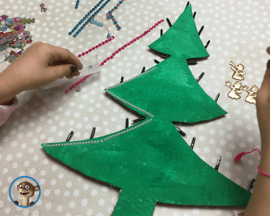 DIY Tannenbaum aus Pappe mit Aufklebern bekleben