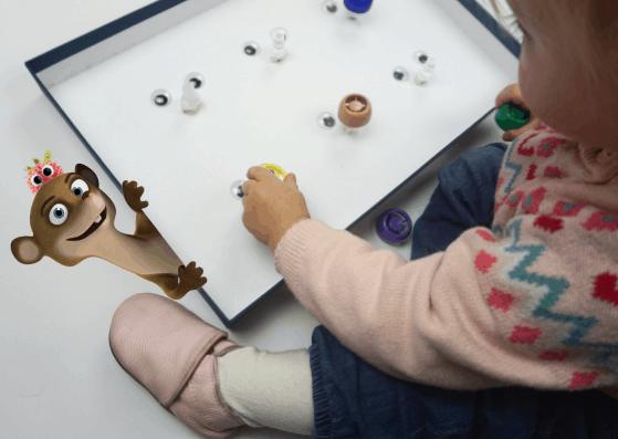 Kinder spielen mit Quetschie Plastikverschlüssen