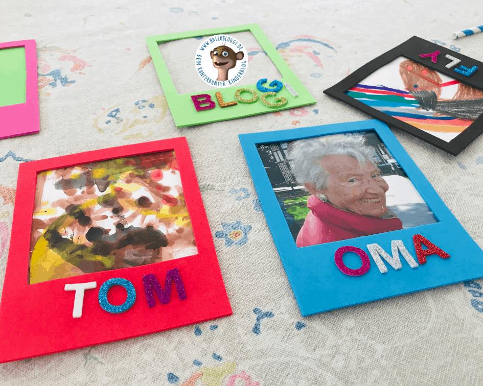 Selbstgemachte Bilderrahmen aus Moosgummi mit Glitzer Buchstaben und verschiedenen Fotos und Kinderkunst